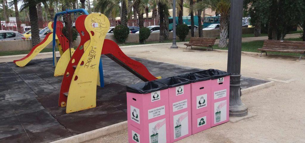 Papeleras de cartón reciclado en parque de Elche