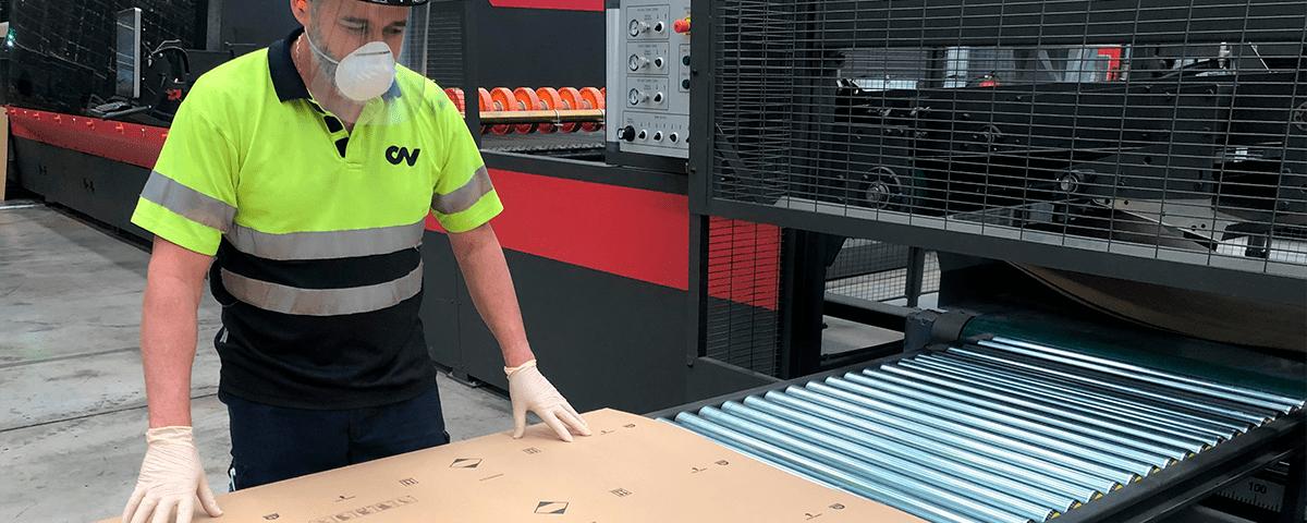 Trabajador Vegabaja Packaging con EPIS Covid19